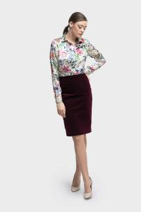 6010 Zakelijk vrouwelijke maatblouse gemaakt van zijde met bloemenprint gecombineerd met een kokerrok gemaakt van velours