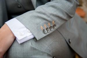 Bruidskostuum gemaakt met bijpassende maatblouse en gekleurde knoopsgaten