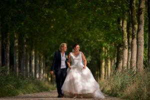 Bruidspak gemaakt voor Joanne van zachte donkerblauwe Vitale Barberis wol