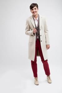 Dames maatkostuum. Overjas gemaakt van zachte cashmir, pantalon en maatblouse gemaakt van katoen en colbert gemaakt van Engelse tweed