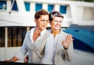 Dames maatkostuum gemaakt voor huwelijk van Brenda en Marlon met bijpassend gilet en maatblouses