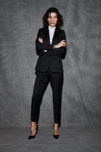 Dames smoking op maat gemaakt in zwart met glanzende band op vrouwelijke smoking broek