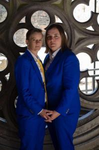 Dames trouwkostuums gemaakt van koningsblauwe zachte wol. Veronique heeft een witte maatblouse met blauwe knoopjes laten maken.