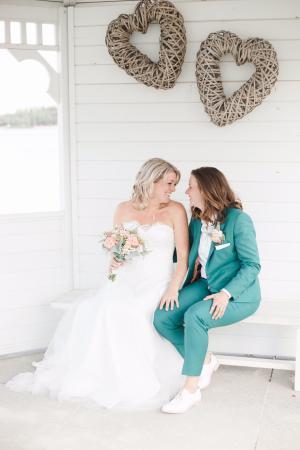 Damestrouwkostuum gemaakt van groene zachte stof voor bruiloft van Nicky