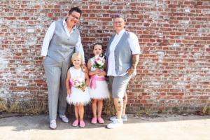 Damestrouwpakken gemaakt voor huwelijk Esther en Silvia van zachte grijze wol met bijpassende maatbloueses in champagne katoen