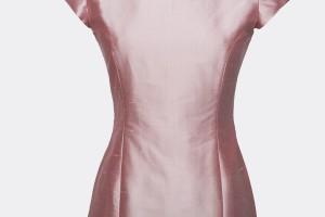 Feestelijke jurk gemaakt van roze zijde met de ultieme pasvorm