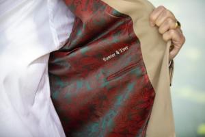 Personaliseer jouw trouwpak door kiezen van voering en passende tekst aan de binnenkant van bruidscolbert