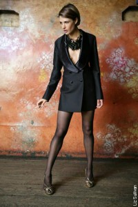 Robe manteau- lange smoking jas gemaakt van zwarte glanzende wol met zijde afgewerkte revers en zakjes