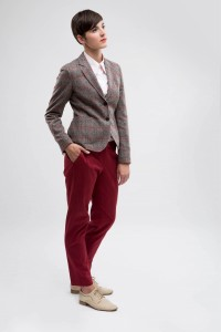 Sportief vrouwelijk maatkostuum  gemaakt in ruit en pantalon gemaakt van rode ribkatoen met roze maatblouse