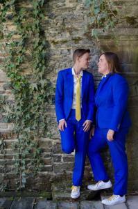 Stoere bruidspakken gemaakt voor huwelijk Kelly  Veronique. Gemaakt van koningblauwe soepele stof met bijpassende witte maatblouse voor Veronique