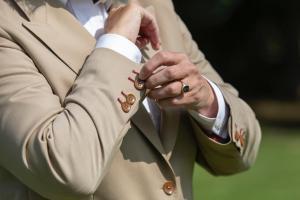 Voor Jolanda een bruidscolbert gemaakt met bruine knopen en met bordeaux rood gestikte knoopsgaten