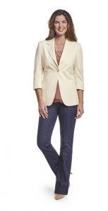 Vrouwelijk colbert op maat gemaakt van champagne kleurige zachte wol met denim broek