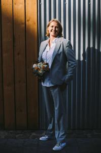 Vrouwelijk en stoer maatpak gemaakt voor trouwen van Karen  Veronique