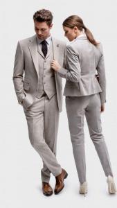 Vrouwelijk en zakelijk damesmaatpak gemaakt van zacht grijze flannel