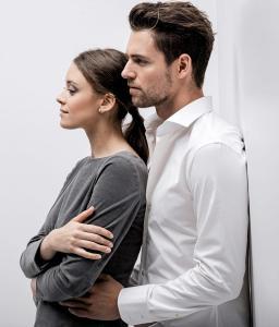 Vrouwelijk en zakelijk jurkje op maat gemaakt van grijze flannel met boothals