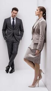Vrouwelijk en zakelijke jurk met colbert, mantelpak op maat gemaakt van zacht grijze flannel