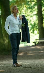 Vrouwelijk trouwkostuum gemaakt voor huwelijk Joanne van donkerblauwe coolwool met slanke en stoere snit