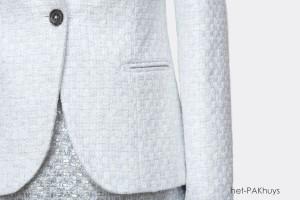 Vrouwelijke blazer en jurk gemaakt van Chanel stof in wit met zilver