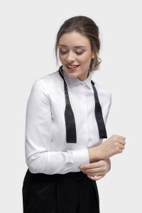 Vrouwelijke smokingblouse in wit met zwart strikje