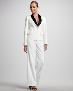 Wit bruidspak smoking met zwart beklede sjaalkraag en ruimgesneden pantalon