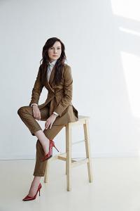 Zakelijk en vrouwlijk dames maatpak gemaakt in bruin met witte streep. Dames pantalon met omslag